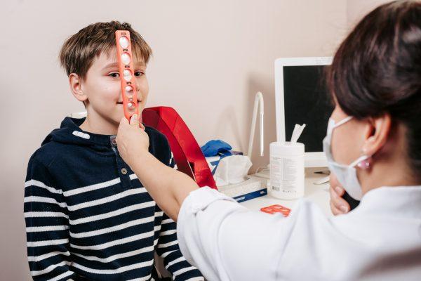 Детский офтальмолог в клинике Зрение СПБ окулист детям
